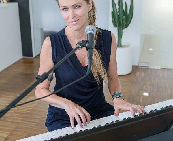 Liss norman, Ruth verhelst, roeselare uitgaan, freelance basgitariste,  zangeres, pianiste, jazz, bossa nova, evergreens, ballad, pop